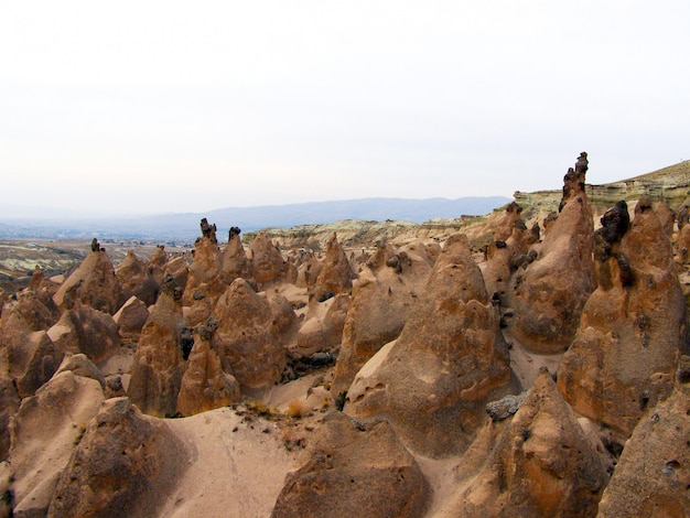 Formacje skalne i jaskinie w love valley of cappadocia.