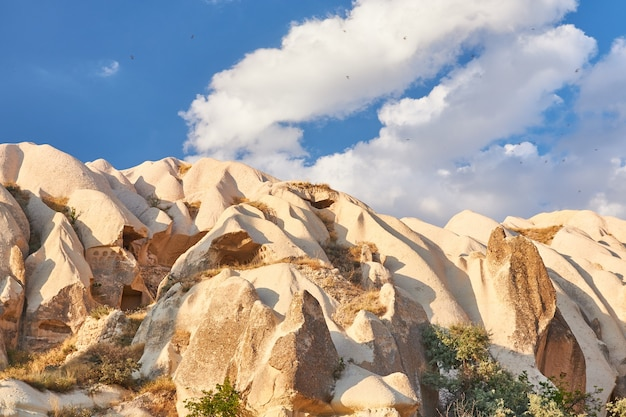 Formacje skalne w dolinie rose capadoccia w goreme, turcja