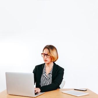 Formalna kobieta pracuje z laptopem