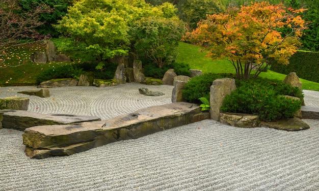 Formalny japoński ogród jesienią