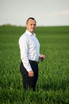 Formalny mężczyzna na zielonym polu