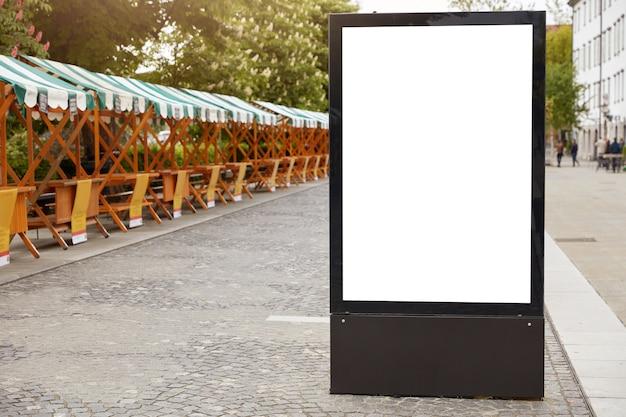 Format miasta. pionowy lightbox z białą makietą miejsca na ogłoszenie