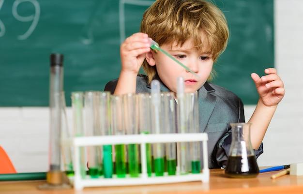 Formuła jest prawie gotowa. laboratorium biologii szkolnej. mały chłopiec w laboratorium. laboratorium biologiczne. powrót do szkoły. edukacja biologiczna małego chłopca. sprzęt laboratoryjny szkoły biologii.