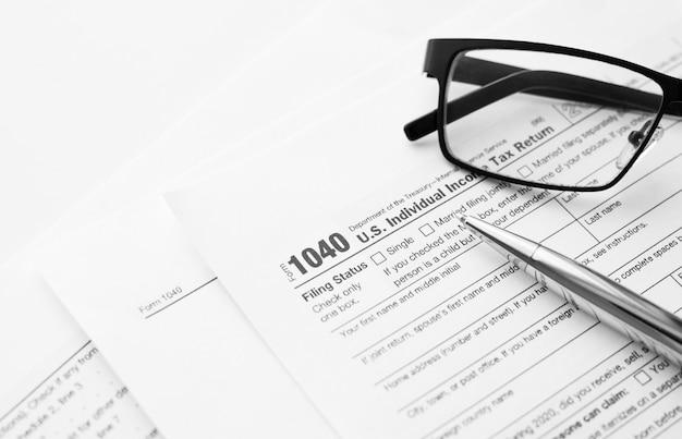 Formularz 1040 amerykańskiego amerykańskiego urzędu skarbowego irs dotyczący podatku dochodowego w celu sporządzania raportów o dochodach z dokumentami finansowymi