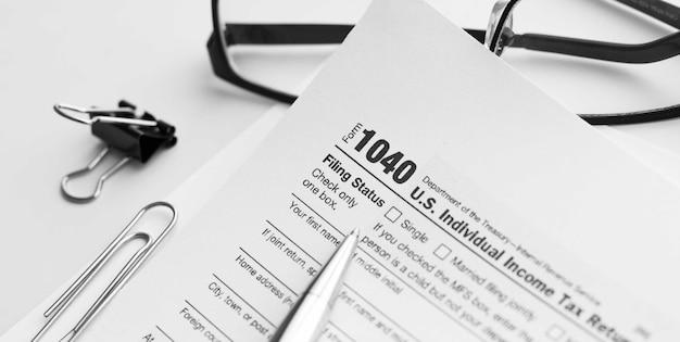 Formularz 1040 amerykańskiego irs internal revenue service z deklaracją podatku dochodowego w celu sporządzania raportów o dochodach z dokumentami finansowymi