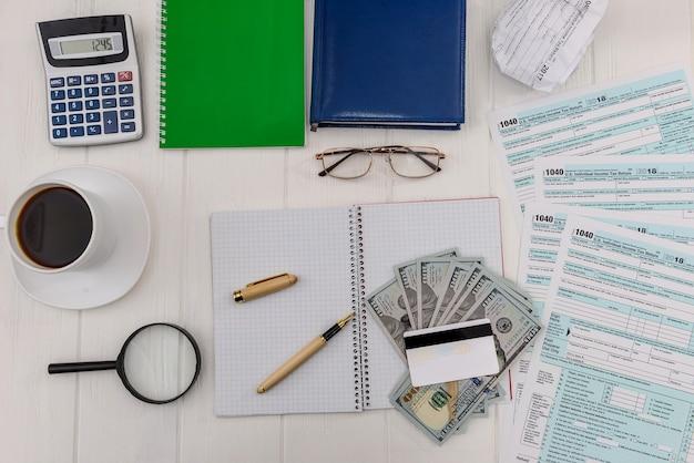 Formularz 1040 przy stole w biurze z piórem i kawą