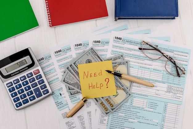 Formularz 1040 z dolarami i tekst pomocy przy stole