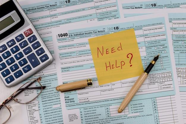 Formularz 1040 z kalkulatorem i naklejką pomocy
