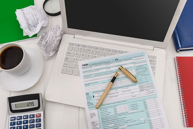Formularz 1040 z notesami, laptopem i filiżanką kawy
