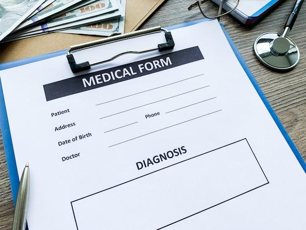 Formularz medyczny z danymi pacjenta na biurku lekarza
