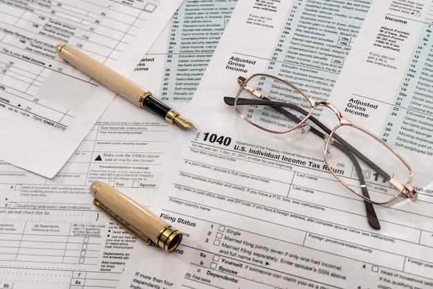 Formularz podatkowy 1040 z długopisem i okularami