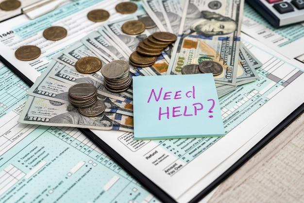 Formularz podatkowy 1040 z kalkulatorem dolara i monet. koncepcja biznesowa i podatkowa. płać podatek w uszach 2019 2020.