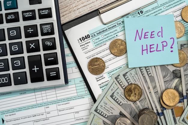 Formularz podatkowy 1040 z kalkulatorem dolarowym i monetowym. koncepcja biznesowa i podatkowa. zapłać podatek w 2019 2020 uszy.