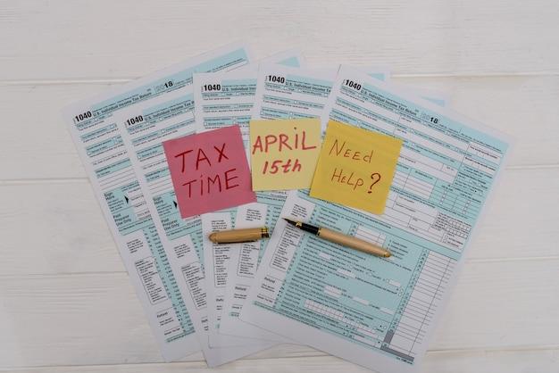 Formularz podatkowy 1040 z kolorowymi naklejkami i długopisem