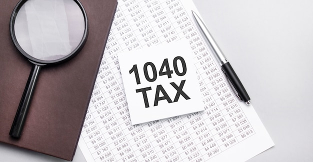 Formularz podatkowy 1040 z lupą. pojęcie podatku