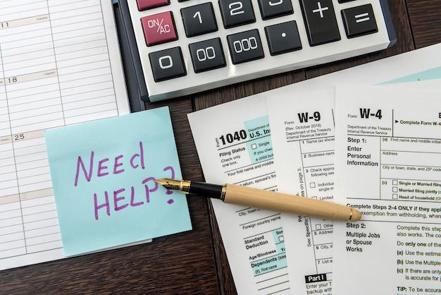 Formularz podatkowy, długopis i kalkulator w biurze