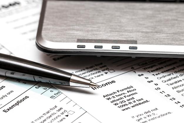 Formularz podatkowy us 1040 z długopisem