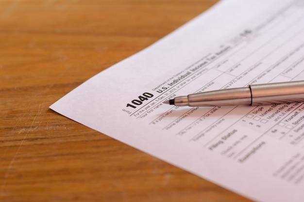 Formularz podatkowy usa za pomocą pióra i kalkulator selektywne focus / koncepcja opodatkowania