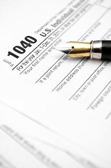 Formularz podatkowy wypełniany zabytkowym wiecznym piórem