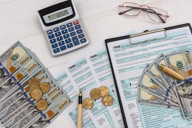 Formularz podatkowy z dolarami i okularami oraz kalkulatorem