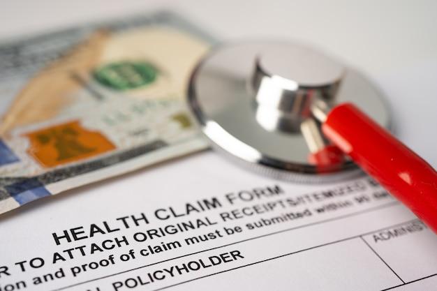 Formularz roszczenia z tytułu wypadku z tytułu ubezpieczenia zdrowotnego ze stetoskopem.