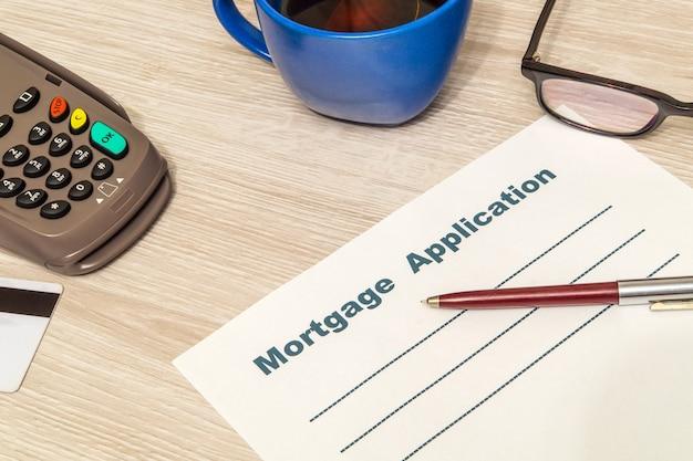 Formularz umowy kredytu hipotecznego przygotowany jest do wypełnienia na stole w biurze