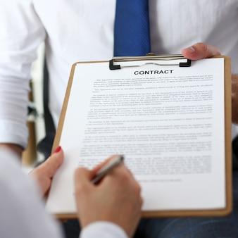 Formularz umowy na ramię męskie na podkładce schowka