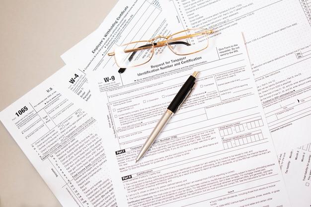 Formularz w-9, wniosek o nadanie numeru identyfikacji podatkowej i zaświadczenia z długopisem
