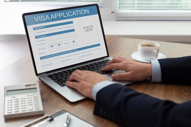 Formularz wniosku wizowego na laptopie