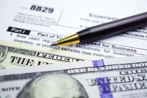Formularz zwrot podatku 1040 i banknot dolara: dochód indywidualny usa.