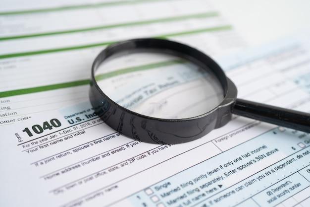 Formularz zwrotu podatku 1040 i banknot dolarowy, dochód indywidualny w usa.