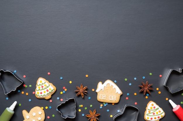 Formularze Do Gotowania I świąteczne Ciasteczka Na Czarnym Tle Premium Zdjęcia