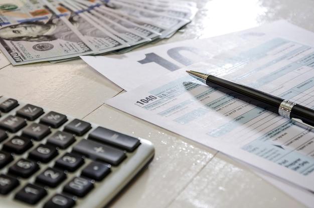 Formularze podatkowe 1040 i pieniądze dokument finansowy