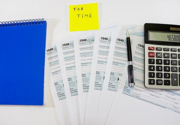 Formularze podatkowe 1040 z długopisem i kalkulatorem