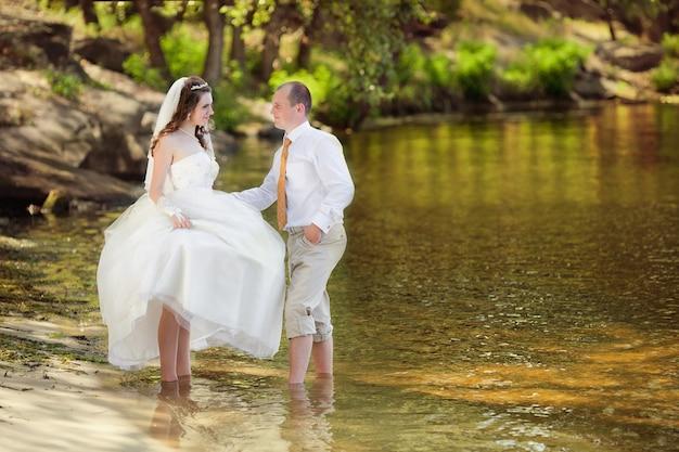 Fornal i panna młoda na plaży w ich dniu ślubu