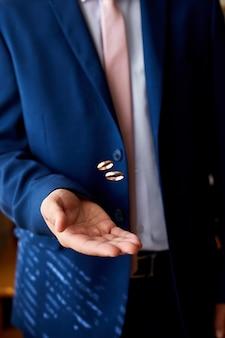 Fornal trzyma obrączki ślubne na dłoni