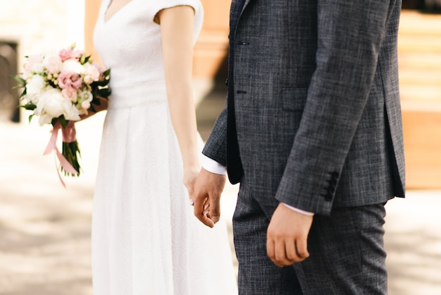 Fornala i pann młodych ręki z pierścionkami, zbliżenie widok