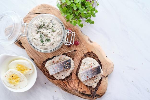 Forshmak, tradycyjna kuchnia żydowska. kanapka z mielonymi filetami śledziowymi z jabłkiem, cebulą i jajkiem.