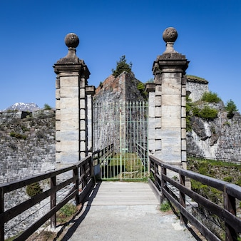 Fort fenestrelle - północne włochy. 300-letnia opuszczona twierdza, największa alpejska fortyfikacja w europie