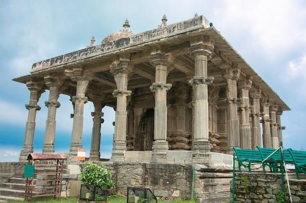 Fort kumbhalgarh, rajasthan, indie - 28 lutego 2014: świątynie, mury i zabytki fortu kumbhalgarh, wpisanego na listę światowego dziedzictwa unesco z jednym z największych kompleksów ścian na świecie