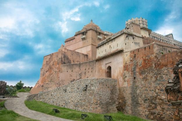 Fort kumbhalgarh to twierdza mewar zbudowana na wzgórzach aravalli w xv wieku przez króla rana kumbha w dzielnicy rajsamand, niedaleko udaipur. jest to miejsce światowego dziedzictwa zawarte w fortyfikacjach wzgórz w radżastanie.