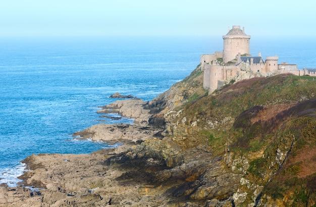 Fort-la-latte lub zamek la latte bretania, francja. zbudowany w xiii wieku