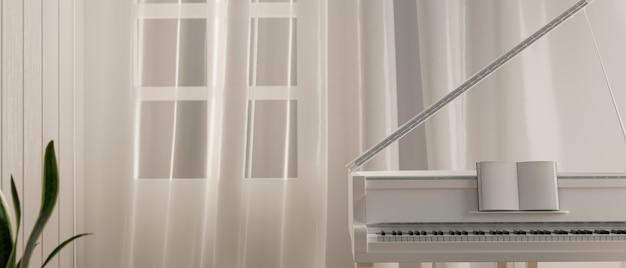 Fortepian w sali fortepianowej w kolorze białym stojący przy oknie z białą zasłoną minimalistyczne wnętrze