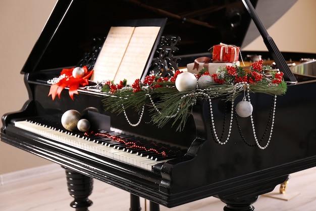 Fortepian z dekoracją świąteczną