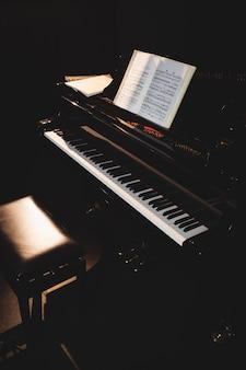 Fortepian z książką muzyczną