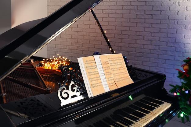 Fortepian z nutami w pokoju. koncepcja świąteczna