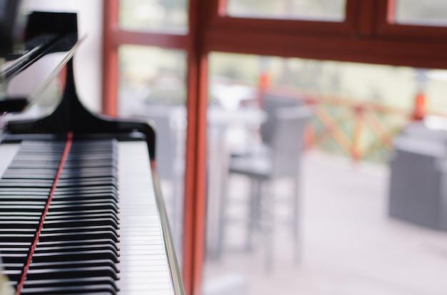 Fortepian z rozmycie tła okna
