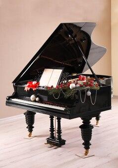 Fortepian ze świąteczną dekoracją