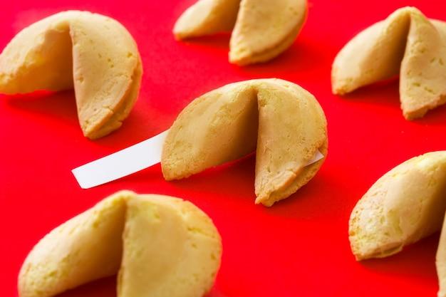 Fortune cookie wzór na czerwono