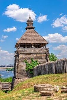Fortyfikacyjna strażnica w rezerwacie narodowym khortytsia w zaporożu na ukrainie w słoneczny letni dzień
